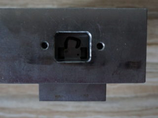Штамп шаговый крючок серьга вид сверху